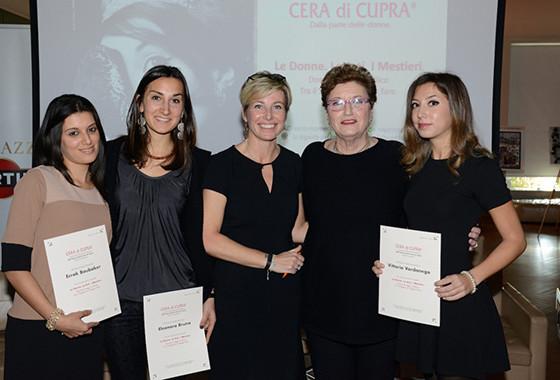 Vincitrici Osservatorio Cera di Cupra 2014 con Monica Pasetti e Mara Maionchi_lw